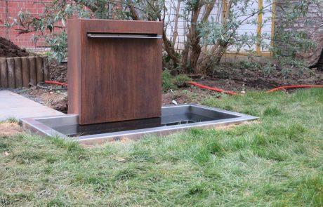 Brunnen mit Wanne aus Cortenblech