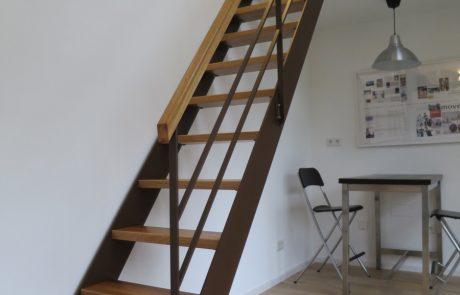 Stahlwangentreppe mit Stufen aus Eiche
